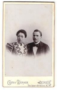 Fotografie Gustav Werner, Leipzig, Mann im Anzug mit Fliege und Frau im Kleid