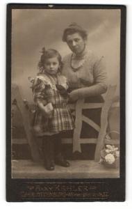 Fotografie Anny Kahler, Berlin-Charlottenburg, kleines Mädchen im Kleid mit Frau im Kleid dahinter