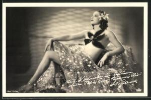 AK Schauspielerin La Jana im glamourösen Kostüm