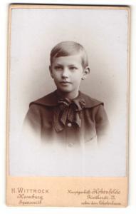 Fotografie H. Wittrock, Hamburg, Junge im Anzug mit Schleife am Kragen