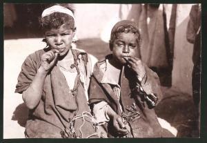 Fotografie afrikanische Kinder essen Heuschrecken