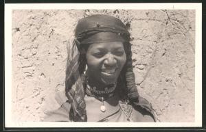 Fotografie Nordafrikanerin in Regional typischer Bekleidung