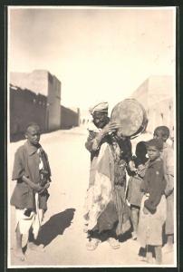 Fotografie Nordafrikanischer Strassenmusikant und Kinder