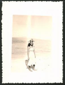 Fotografie Südsee, Hawaiianerin im leichten Kleid am Strand