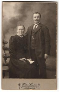Fotografie Fritz Kieper, Tuttlingen-Spaichingen, Portrait bürgerliches Paar in eleganter Kleidung mit Buch