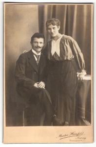 Fotografie Martin Herzfeld, Leipzig, Portrait bürgerliches Paar in modischer Kleidung