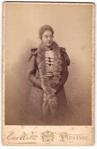 Fotografie Osw. Welti, Lausanne, Portrait junge Dame im hübschen Kleid mit Pelz