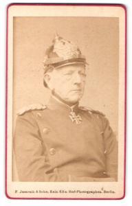 Fotografie Portrait General Graf Moltke in Uniform mit Pickelhaube und Orden Eisernes Kreuz