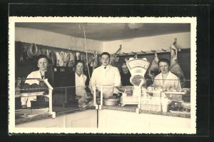 AK Fleischerei mit Angestellten und Waage an der Theke