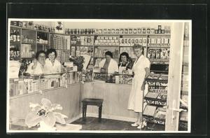 AK Feinkostgeschäft mit Angestellten an der Theke, eröffnet 1955