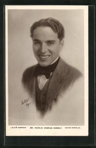 AK Schauspieler Charlie Chaplin lachend im Anzug mit Fliege
