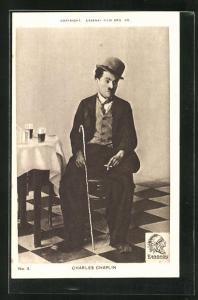 AK Schauspieler Charlie Chaplin mit Stock und Melone