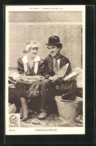 AK Schauspieler Charlie Chaplin in einer Filmszene mit Spachtel