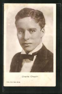 AK Schauspieler Charlie Chaplin im Anzug mit Krawatte