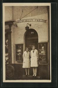 AK Zwei Frauen am Eingang eines Kosmetikstudios, Beauty Parlour