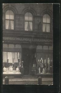 Foto-AK Geschäft Drapery, Millinery & Dressmaking