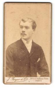 Fotografie J. Berger & Cie, Paris, Mann im Anzug mit platten Haaren und schmalem Oberlippenbart