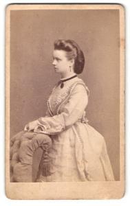Fotografie J. B. Scholl & Sohn, Darmstadt, junge Frau im Kleid mit Halsband und Amulett daran