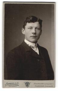 Fotografie Samson & Co., Hannover, junger Mann im Anzug mit schmalem Binder