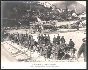Fotografie Ansicht Tolmein, siegreiche Isonzo-Offensive, Deutsche Radfahrer-Abteilung wartet auf Marschbefehl, 1.WK