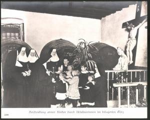 Fotografie Ansicht Görz, Arsulinerinnen-Ordensschwestern beschenken arme Kinder, 1.WK, Grossformat 29 x 24cm