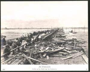 Fotografie 1.WK, Venezien, Truppenvormarsch auf einer Brücke über den Tagliamento, Grossformat 29 x 23cm