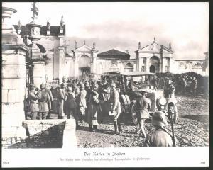 Fotografie Ansicht Passariano, Kaiser Wilhelm II. verlässt den ehemaligen Dogenpalast, Auto Daimler, 1.WK, 29 x 23cm