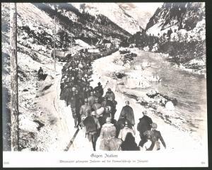 Fotografie 1.WK, Kriegsgefangene Italiener, POW's auf einer Vormarschstrasse im Isonzotal, Grossformat 29 x 24cm