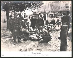 Fotografie Ansicht Flitsch, Soldaten der verbündeten Armeen machen Rast, 1.WK, Grossformat 30 x 24cm