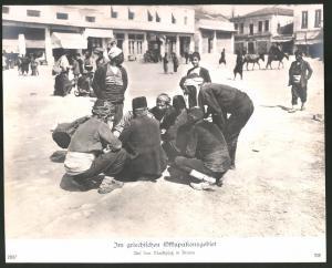 Fotografie Ansicht Drama, besetztes Griechenland, Szene auf dem Marktplatz, 1.WK, Grossformat 29 x 23cm