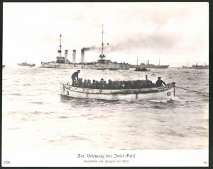 Fotografie 1.WK, Besetzung der Insel Oesel, Marine beim ausschiffen von Truppen, Kriegsschiffe der kaiserlichen Marine