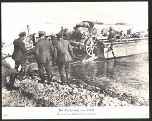 Fotografie Ansicht Oesel, Deutsche Truppen beim Ausbooten von Artilleriematerial, 1.WK, Grossformat 29 x 23cm