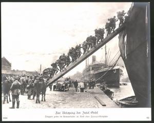 Fotografie 1.WK, Besetzung der Insel Oesel, Truppen gehen im Heimathafen an Bord eines Transportdampfers, 29 x 24cm