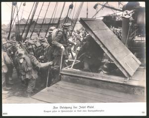 Fotografie 1.WK, Besetzung der Insel Oesel, Deutsche Truppen gehen im Heimathafen an Bord eines Transportdampfers