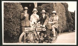Fotografie Motorrad Triumph, Damen & Herren mit Krad, Kennzeichen PY-2732