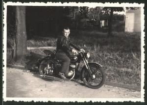 Fotografie Motorrad IFA-MZ RT125, Fahrer mit Lederjacke auf Krad sitzend