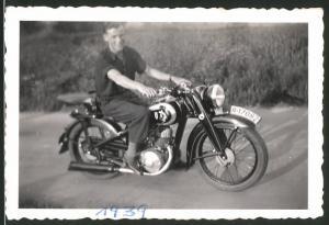 Fotografie Motorrad DKW, junger Mann auf Krad sitzend, Kennzeichen II-17082