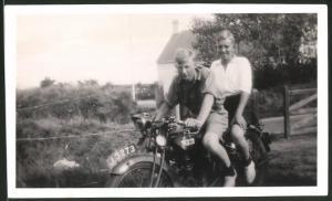 Fotografie Motorrad BSA, Burschen auf Krad sitzend, Kennzeichen J.3273