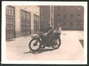 Fotografie Motorrad DKW, Knabe in Marineuniform auf Krad sitzend, Kennzeichen IE-63114