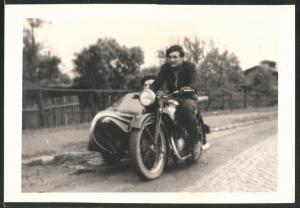 Fotografie Motorrad Zündapp, Fahrer steuert Krad mit Seitenwagen