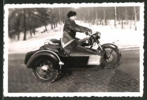 Fotografie Motorrad MZ-BK 350, Fahrer mit Krad & Seitenwagen im Winter