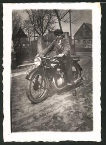 Fotografie Motorrad Zündapp, Bursche auf Krad mit Kennzeichen I-22590