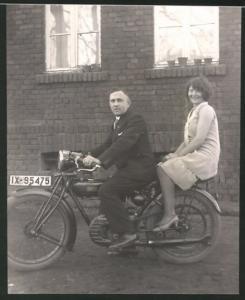 Fotografie Motorrad DKW, Mann & hübsche Frau auf Krad sitzend, Kennzeichen IX-95475