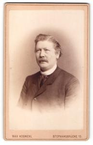 Fotografie Max Kosmehl, Magdeburg, Mann im Anzug mit Schnurrbart