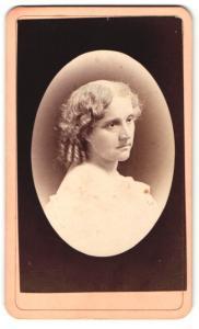 Fotografie Cowell, New Haven, Frau mit Mittelscheitel und eingedrehten Haaren