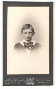 Fotografie Albert Gaugler, Stuttgart, Junge im Anzug mit breiter Schleife und breitem weissen Kragen