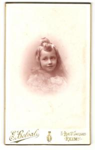 Fotografie E. Belval, Reims, Mädchen mit teils offenen langen Haaren teils zur Schleife gebundenen Haaren