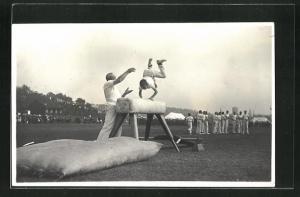Foto-AK Turnunterricht, Knabe springt über Pferd