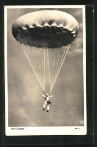 AK Fallschirmspringer schwebt dem Boden entgegen