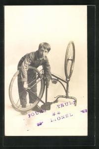 AK Junger Mann repariert sein Fahrrad